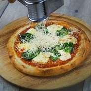 北海道産ラクレットチーズのマルゲリータ! たっぷりチーズをかけて最後に炙ります。