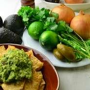 濃厚なアボカド、ハラペーニョ、ライム、各種スパイスでメキシカンテイストに仕上げた、総料理長イチオシのサラダです。トルティーヤチップスにたっぷりと絡めてお召し上がりください。