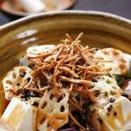 国産丸大豆を使用し、昔ながらの濃厚かつあっさりとした大豆本来の風味が味わえます。金胡麻の豊かな香りとご一緒に