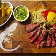米国産鉄板ビストロの真打ち「牛ステーキ」を食べる直前に煙の中へ!食べればわかるこの旨さ!! 当店では、1ポンド(約450g)と1/2ポンド(225g)を用意!