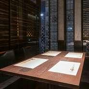 四季の風味豊かな味わいを、料理人渾身の技で表現いたします。繊細で優しい出汁の薫りと奥深い味わいをじっくりご堪能ください。落ち着きのある和個室空間は大切なご宴会やご接待などに最適です。