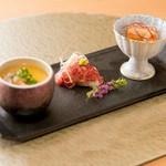 世界の舌を魅了する神戸ビーフを使用した贅沢な会席料理。 最高級和牛A5の肉寿司。