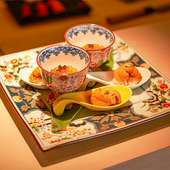 高級食材を使い見た目の美しさから始まり、五感を使って楽しめる季節の握り・逸品のフルコースをご堪能あれ