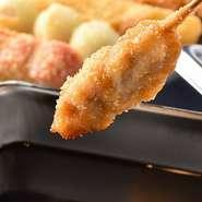 中札内田舎どりから牡蠣、海老、カマンベールチーズまで20種以上!オリジナルブレンドのタレは、ウスターソースをベースに野菜と果実をバランスよく配合した専用ソース!
