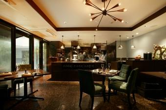 シェフの調理姿が見えて楽しい、ライブ感のあるオープンキッチン