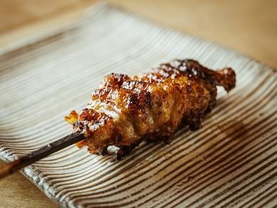 カリッとした焼き上がりと食べ応えのある弾力、両方楽しめる鶏皮