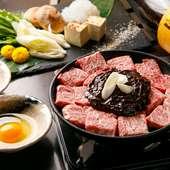濃いめの味付けで箸が止まらなくなる『濃厚みそ特上ぶつ切り肉鍋』