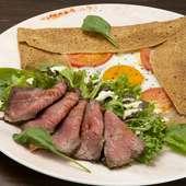 ボリューミーで食事にもなるご馳走ガレット『ローストビーフとサラダの贅沢ガレット』