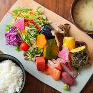 京都で昔から食べられている伝統的な惣菜「おばんざい」が主役の一品。10種類以上のおばんざいが楽しめるだけでなく、珍しい野菜をおいしくヘルシーにいただけます。自慢のだしを使った味噌汁とごはん付き。
