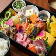 おばんざいだけでなく、お造り・天ぷら・ステーキが盛り合わされており、ボリューム満点の食べ応えある内容量になっています。本格的な味わいをバランスよくいただけるので、男女問わず人気のランチです。