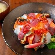 自家製のシャリを覆い隠すほどの寿司ネタを、抹茶の原料となるてん茶塩とだし醤油でいただきます。鮮魚は京都市場から採れたてのものを仕入れているので、鮮度が良く甘みが感じられます。行楽ランチにぜひ。