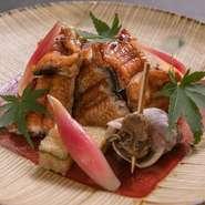"""国産の鰻を使い、皮をぱりっと、身をふっくらと焼き上げた贅沢な逸品。全国的に鰻が有名な愛知県で鍛え上げたという、大将・宮里さんの""""焼き""""の技術を存分にご堪能ください。"""