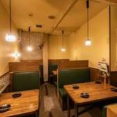 独立したスペースで安心感があるテーブル席