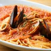 濃厚でまろやかなトマトソースがしっかりと麺にからむ『魚介のペスカトーレ』。魚介の風味がギュッと凝縮