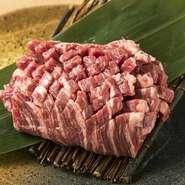 ボリューム満点で食べ応え抜群の赤身です。醤油とニンニクベースの辛めのたれで食べれば肉の旨みがさらに引き立ちます。