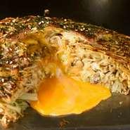 細麺の表面とラードでカリカリに焼いたオリジナルの国泰寺焼き。お肉には豚トロを使用。麺をほぐす際にも和風出汁が使用されているので、コクがあるのにあっさりとした美味しさです。