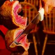 シュラスコの代名詞ともいえる牛肉の肉塊。牛一頭からわずか数キロしかとれない希少部位。赤身とサシがバランス良く旨味もたっぷり。シュラスコ専用のグリルオーブンで焼けた表面のみをスライスして提供されます。