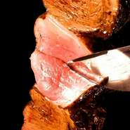 牛の下腰部(モモの一部)に当たる赤身肉。脂が苦手な方もさっぱりといただくことができます。上質なお肉だからこそ余計な事はせずにシンプルに岩塩のみで味付け。牛肉本来の旨味を味わえます。