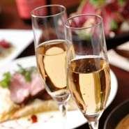 季節の食材を使用したフルコースに乾杯シャンパンとホールケーキが付いたアニバーサリープランをご用意いたしました。 大切な方と素敵な時間をお過ごしください。