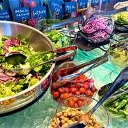 大人の夜を過ごせる、夜景を前に、落ち着いてお酒が飲めるテーブル席。こだわりのカクテルも揃うのでデートに。