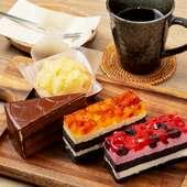 ケーキにドリンクバーが付いたお得なセット『日替わりケーキセット』