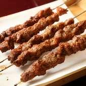 甘辛いタレに絡めて味わう。中国東北料理の串焼き人気メニュー『羊肉串』