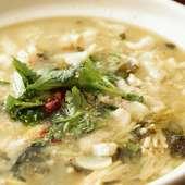 独特のコリコリとした食感が特徴の「センマイ」をアツアツの鍋で味わう『毛肚鍋』