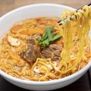 平打ちのちぢれ麺に自家製のスープがよく絡み、その辛さも癖になる同店の自信作。トッピングに入っているお肉はもちろん常陸牛。歯ごたえある部位を使っているので、食べ応えもあります。