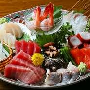 60年以上にわたり料理の道に身を置き、目利きと技を磨き抜いてきた店主による料理は、どれも絶品。特に全国各地から直送される旬の鮮魚を使った『刺身』や『鰹の叩き』などの魚介料理は、ここでしか味わえません。
