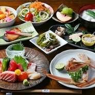 心も体も温まる鍋料理や旬魚介の刺身など、バラエティに富んだ味わいが堪能できる多彩なコースメニューもあり。店主が腕をふるった【磯春松】ならではの料理を、宴会でも楽しめます。2名から予約可能です。