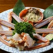 長年培った目で厳選した本ずわい蟹は極上そのもの。生でもいただける新鮮な素材を、テーブルで七輪で香ばしく炙って。炙ることで甘味と旨味が増し、素材本来のおいしさを味わえます。厨房で焼いての提供も可。