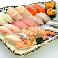 鮪、〆コハダ、真鯛など、その日に仕入れた厳選したネタをバランスよく一人前にまとめた「磯春松二十貫のにぎり寿司」です。