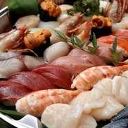 鮪、〆コハダ、真鯛など、その日に仕入れた厳選したネタをバランスよく一人前にまとめた「磯春松三十貫のにぎり寿司」です。