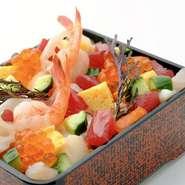 どこを食べても美味しい一番人気商品。 こだわりのシャリと新鮮な海鮮が絶妙なバランスです。 【甘海老、帆立、マグロ、白身魚、サーモン、たこ、たまご、いくら、青味、きゅうり、海苔、煮椎茸、錦糸玉子、シャリ】