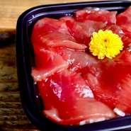 職人醤油さんより『創業寛政七年の静岡県の木桶天然醸造「栄醤油」』を使用して独自の配合の漬けダレに漬けでおります。シンプルながらマグロの旨味とシャリ「素材の味ーを存分に楽しんでいただけるかと思います。