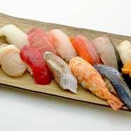 鮪、〆コハダ、真鯛など、その日に仕入れた厳選したネタをバランスよく一人前にまとめた「磯春松十貫のにぎり寿司」です。