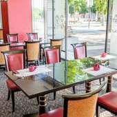 暖かい日差しが差し込むテーブル席