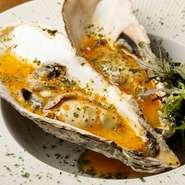 牡蠣は、旬を追いながら北海道や岩手など東北を中心にさまざまなエリアから買い付けています。蒸した牡蠣の上に乗せるのは、黄身だけでつくるオリジナルの絶品タルタルソース。