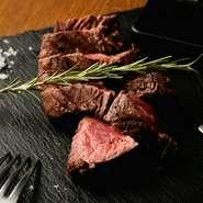中心の温度管理に細心の注意を払いながら焼くステーキは、厚みがありながらも驚くほど柔らか。岩塩のほか、わさびや醤油なども付け、和のスタイルを楽しめる一皿です。