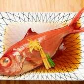 どんな魚の煮付けを味わえるかは、その日の仕入れ次第。旬の時期にぜひ食べておきたい『金目ダイ煮付け』