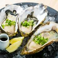 三陸で獲れる牡蠣は、身が大きくぷりぷりな食感が魅力です。そのまま食べることで、牡蠣そのもののおいしさを体感出来ます!