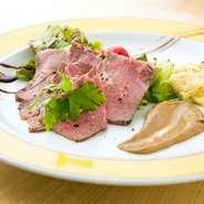 赤身が旨い「短角牛」。噛めば噛むほど肉の上質な旨みが溢れ出す稀少なブランド牛です。焼くときに出る肉の脂をソースに混ぜることで、肉の味をしっかりと感じることが出来ます。