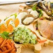 東北の木材を使用したオリジナルプレートは、東北6県をイメージしています。東北各県の食材をその日替わりで使用し、前菜の盛り合わせとして東北の魅力を存分に楽しめます!