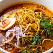 タイ北部の郷土料理。魚介と鶏がらベースのコクのあるカレースープ。具沢山で相性抜群のバミー(たまご麺)でいただきます。