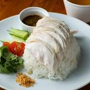特選丸鶏を使用。自家製のタレがタイでもなかなか見当たらないぐらいの美味しさです。