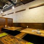 掘りごたつ式のテーブルや床も木。テーブルもゆったり広々