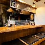 カウンターで串を焼いている様子を見ながら食事するのもお勧め。
