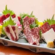 トロ、バラ、赤身、上ハラミ、ハート、フタエゴなど6~7点の桜肉の部位が盛り合わさった桜肉の刺身盛り合わせ。生で食べることでより桜肉の旨みをしっかり感じられます。九州の甘めの醤油でお召し上がりください。