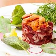 旨みのしっかりした赤身の桜肉と雲丹の甘みのハーモニーがたまらない逸品。味噌ベースのユッケだれが優しい塩味をプラスします。洋風でオシャレな盛付けはまるでフランス料理のよう。女性に好評のひと皿です。