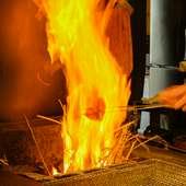 藁の炎で一気に焼き上げる、臨場感たっぷりの名物!『カツヲのわら焼』